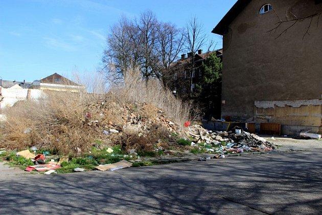 Škodova ulice je plná odpadků