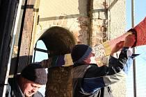 Devadesát šest metrů dlouhá šála na Spanilé věži v Tovačově
