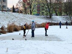 Radosti i starosti na zamrzlém rybníku v Přerově
