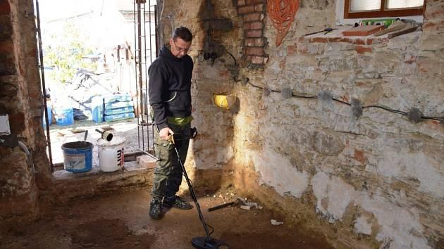 Dvě ze čtyř nalezených mincí v terénní vyrovnávce pod podlahou kaplev Dobrčicích pomohl nalézt Ondřej Vénos s detektorem kovů.