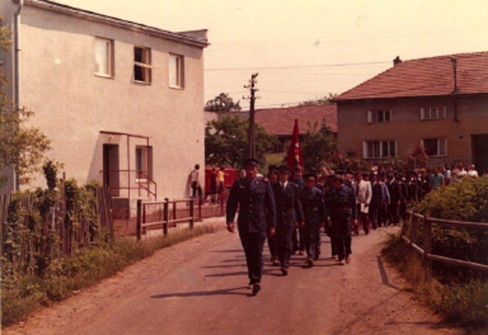 Slavnostní průvod k otevření nové hasičárny v obci Loučka, která se začala stavět v roce 1975.