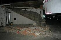 Pilíř bývalé vrátnice firmy porazil při výjezdu z areálu devětačtyřicetiletý řidič nákladního auta, který převážel kovové zařízení velkých rozměrů. Nehoda se stala v pondělí v noci na Kojetínské ulici v Přerově