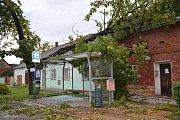 Následky řádění bouřky v Újezdci u Přerova, kde udeřil blesk do letitého kaštanu, a ten spadl na autobusovou zastávku a střechu rodinného domu. Vyvrácené stromy a popadané větve byly i v okolí přerovského hřbitova.