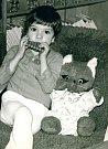 Přerovská spisovatelka Lenka Chalupová vydává novou knihu - psychologický román s názvem Liščí tanec. Inspirací pro název díla se stala její hračka z dětství - plyšová liška (na snímku autorka v dětství).