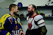 Hokejisté Přerova (v modrém) ve čtvrtém zápase předkola play-off WSM ligy proti Prostějovu zvítězili 4:2 a slavili postup. Roman Pšurný a Marek Sikora.