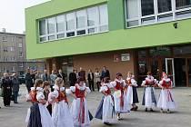 Děti z folklorního souboru Trávníček slaví dokončené opravy školy na Trávníku