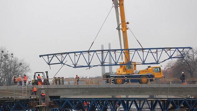 Demontáž podpůrné skruže při stavbě Tyršova mostu v Přerově