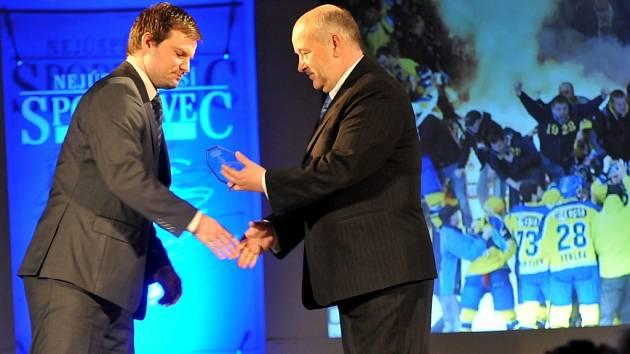 Bývalý útočník hokejových Zubrů Marek Ditrich přebírá cenu pro nejúspěšnější kolektiv roku 2014.