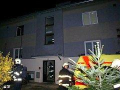 Hasiči zasahují u požáru v bytovém domě ve Staměřicích