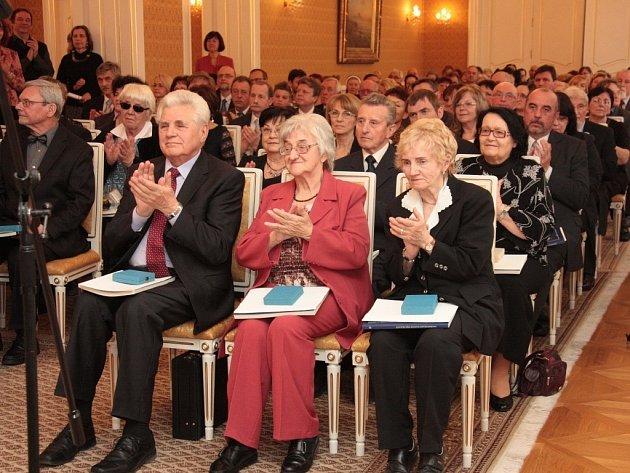 Ladislava Déduchová při předávání medailí za dlouhodobou a vynikající pedagogickou činnost vLichtenštejnském paláci vPraze.