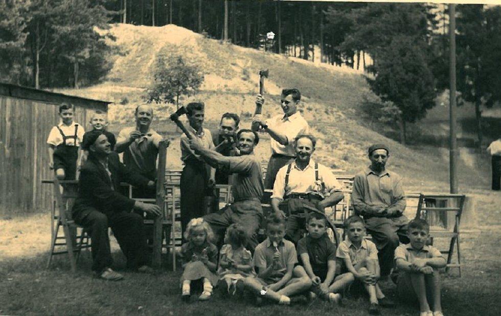 Příprava areálu Skalka ve Vinarech na hodovou zábavu v roce 1952. Na fotografii je zachycena dobrá nálada při chystání areálu na hodovou zábavu. Na snímku je vidět původní kůlna na nářadí, která se zde již nenachází.