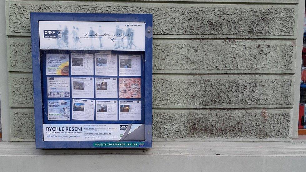Po vitríně Klubu angažovaných nestraníků, která byla umístěna na domě v Komenského ulici v Přerově od devadesátých let, zbylo jen prázdné místo