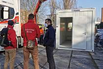V Přerově začali testovat pacienty s podezřením na nákazu Covid-19 na odběrovém místě u nemocnice.