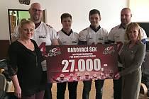 Zástupci klubu amerického fotbalu Přerov Mammoths předali výtěžek z dobrovolného vstupného z červencového Silver Bowlu.
