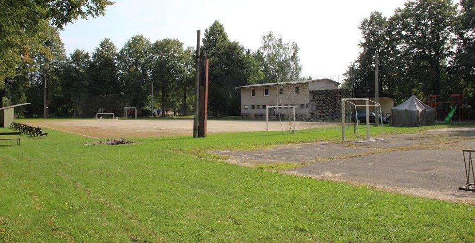 Dálnice D1 povede v blízkosti sportoviště i domů v Dluhonicích