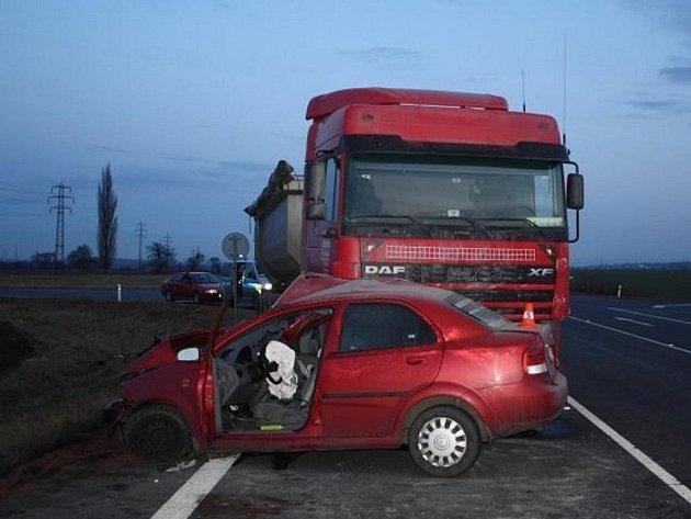 Střet osobního auta s náklaďákem u Staré Vsi