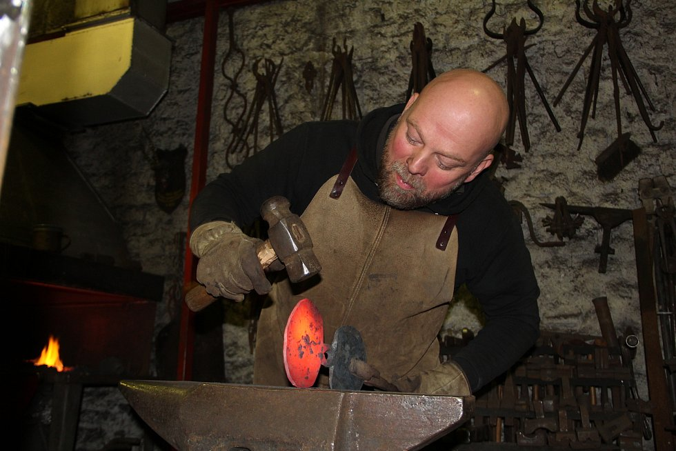 Umělecký kovář Jiří Jurda ml. dokončuje ve své dílně v Kozlovicích dvoumetrovou kovanou plastiku kříže, který bude vztyčen na hřbitově v Lipníku nad Bečvou. Připomene oběti první světové války, které zemřely v tamních lazaretech