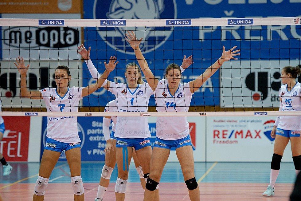 Volejbalistky Přerova (v bílém) proti Šternberku.