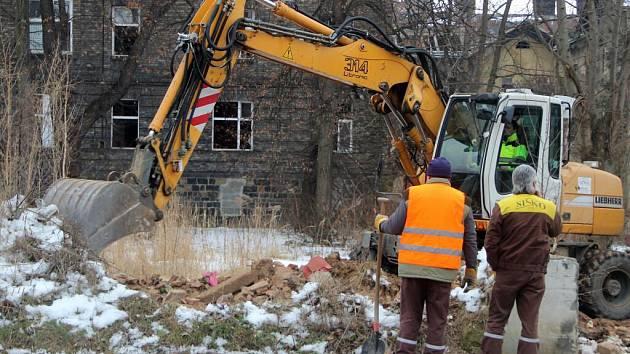 V bývalém romském ghettu ve Škodově ulici začali stavebníci odklízet sutiny po zdemolovaných domech.