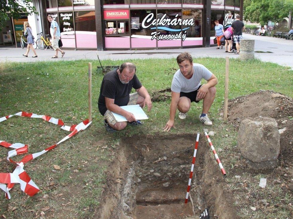 Přerovští archeologové narazili při výzkumu v okolí obchodního domu Prior, který čeká rekonstrukce, na pozůstatky osídlení ze 12. století a původní grunty ze 16. a 17. století.