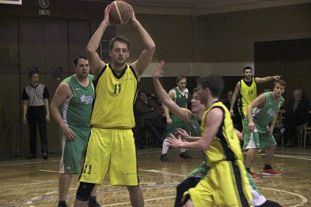 Basketbalisté Přerova (ve žlutém) proti TJ Šumperk B. Ondřej Nezhyba