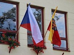 Moravskou vlajku si letos na státní svátek 5. července, který oslavuje příchod slovanských věrozvěstů a moravských patronů Cyrila a Metoděje na Velkou Moravu, vyvěsilo přes třicet obcí na Přerovsku. K iniciativě se zapojil také městys Dřevohostice.