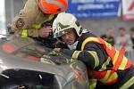 Mistrovství hasičských týmů ve vyprošťování osob z havarovaných aut v pavilonu přerovského výstaviště. Tým HZS Přerov