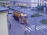 Opilá žena v Husově ulici v Přerově spadla před kamion