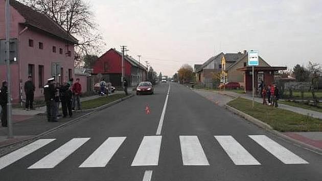Místo u autobusové zastávky v Uhřičicích, kde se došlo ke střetu třináctiletého hocha s projíždějícím vozem.