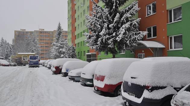 Přerov od časného rána bojuje s přívaly sněhu.