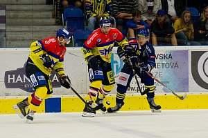Hokejisté HC Zubr Přerov (v modrém) v utkání s ČEZ Motor České Budějovice