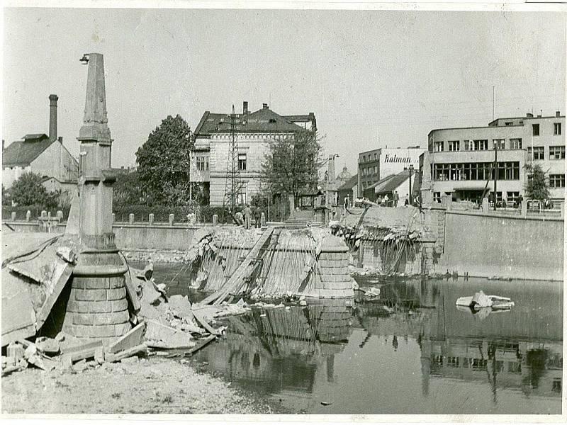 Dobový snímek Tyršova mostu v Přerově, který vyhodili 8. května 1945 Němci do povětří