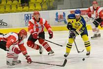 Přerovští hokejisté (ve žlutém) v přípravě proti Krakovu. Karel Plášek.