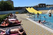 Krásné letní teploty si v těchto dnech užívají lidé v Přerově na venkovním koupališti plaveckého bazénu, které je zatím otevřené jen z ulice Kopaniny. O víkendu se zřejmě návštěvníkům zpřístupní také vchod z ulice Brabansko.