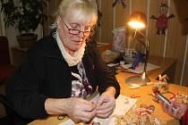 Výrobu ze šustí předváděla dětem na Vánočním salonu v Přerově Jarmila Bijová