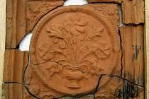 Zlomky reliéfně zdobených komorových kachlů z období renesance objevil během výkopových prací při hloubení kanalizační přípojky v obci Petr Navařík z Dobrčic na Přerovsku