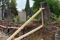 Některé náhrobky na přerovském hřbitově musí po odstranění  zdi podpírat, hrozí jim zřícení