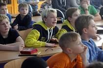 Žáci hokejových tříd základní školy Želátovská v Přerově sledují hokejové semifinále olympiády v Koreji.
