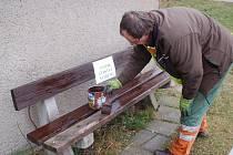 Pracovníci přerovských technických služeb, kteří by jindy touto dobou uklízeli sníh, letos natírají lavičky