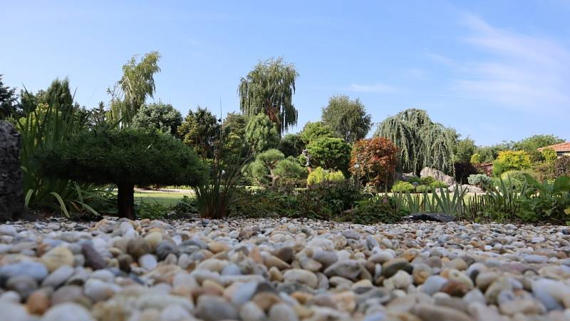 Kouzelná zahrada se nachází na vesnici nedaleko rušného okresního města.