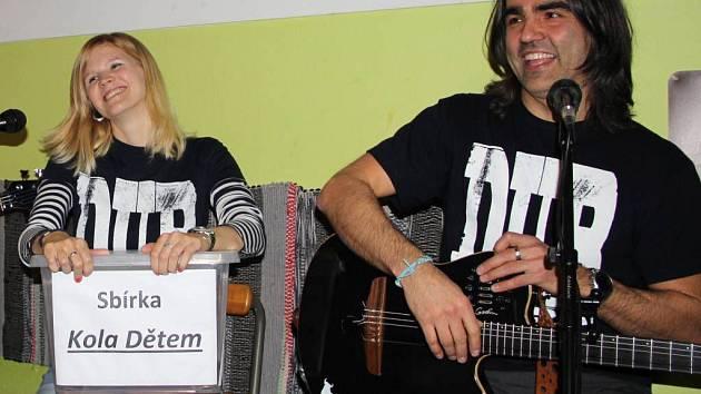 Benefiční koncert na podporu sbírky Kola dětem uspořádala v sobotu večer na přerovském Base campu kapela D.U.B.