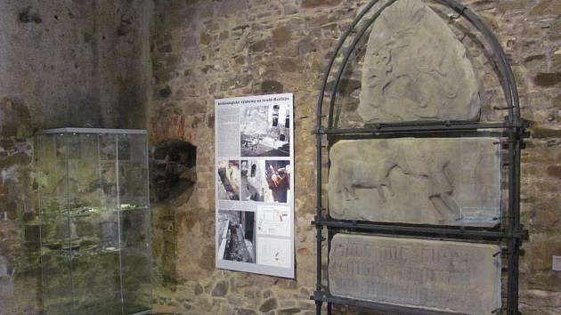 Expozici Archeologie na hradě Helfštýn dominuje původní pernštejnská nápisová deska z roku 1480
