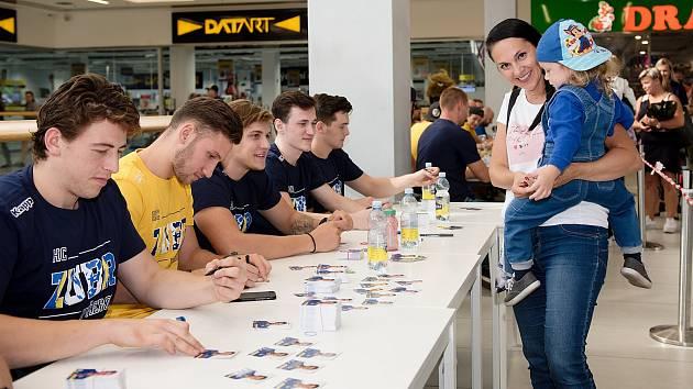 Hokejisté HC Zubr Přerov při autogramiádě v OC Galerie Přerov