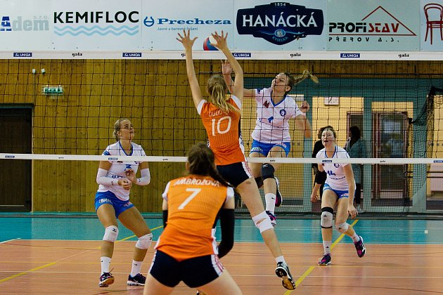 Volejbalistky Přerova (v bílém) v utkání Českého poháru proti Šternberku. Foto: Deník/Jan Pořízek