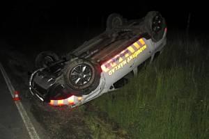 Na střeše skončilo auto, které havarovalo v noci na úterý mezi Středolesím a Uhřínovem.