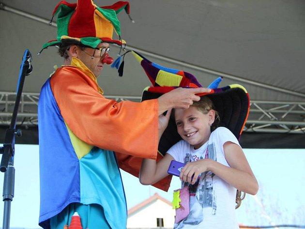 S úsměvem do školy – tak se jmenuje akce, kterou uspořádalo prvního září pro přerovské děti město. Projížďka člunem přilákala k loděnici tisícovku dětí. Ratolesti se mohly zapojit také do nejrůznějších soutěží.