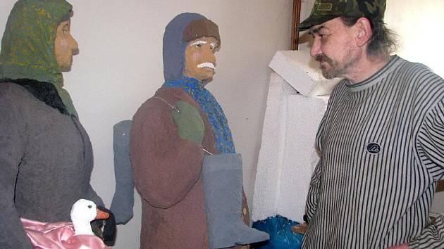 Figulární betlém ve Dřevohosticích se rozroste o další postavy. Lidový umělec Alexandr Forýtek dokončuje sochu vesničanky nesoucí husu a ševce.