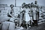 Dluhonické zemědělské družstvo patřilo v 60. letech minulého století k těm nejlepším. Na snímku zleva  L. Konvičková, J. Andršová, M. Němečková, E. Špalková, J. Horák, F. Čaganová, V. Zlámalová.