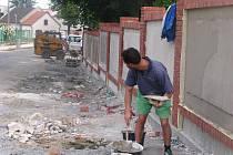 Dokončování první části oprav ohradní zídky u městského hřbitova v Přerově