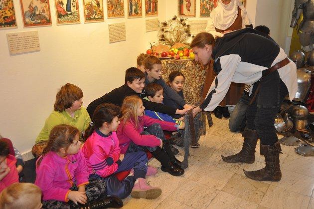 """Výstava """"Středověké a raně novověké zbraně Přerovska"""" nabídla unikátní program pro školáky"""